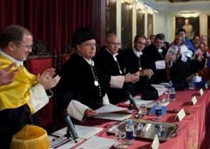 Aplauso al Rector después de su discurso de apertura del curso