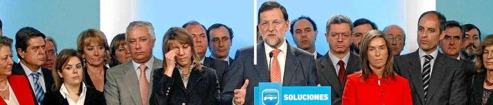Mariano Rajoy ante el caso de corrupción Gürtel en una rueda de prensa rodeado por los suyos en 2009 se defiende diciendo que es una conspiración contra su partido. Tirar balones fuera.